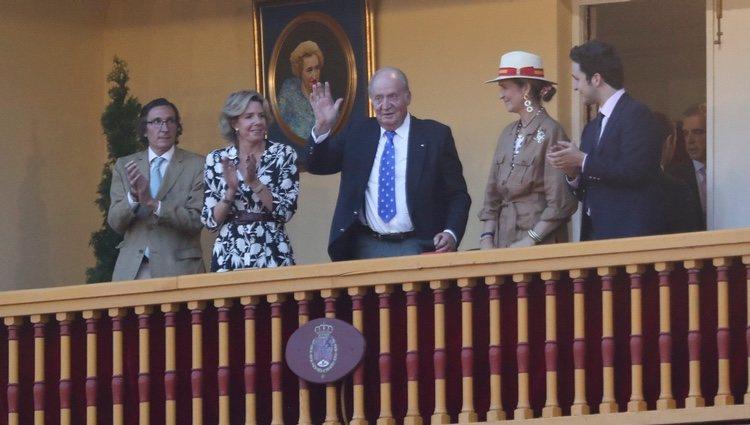 El Rey Juan Carlos, aplaudido por la Infanta Elena, Froilán, Simoneta y Fernando Gómez-Acebo en Aranjuez