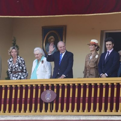 El Rey Juan Carlos, la Infanta Elena, Froilán, la Infanta Pilar, Simoneta y Fernando Gómez-Acebo en la corrida de toros en Aranjuez en homenaje a la Condes