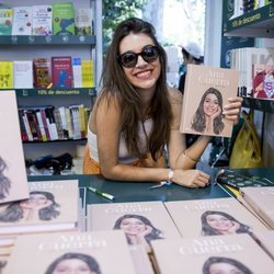 Ana Guerra firmando en la Feria del Libro de Madrid 2019