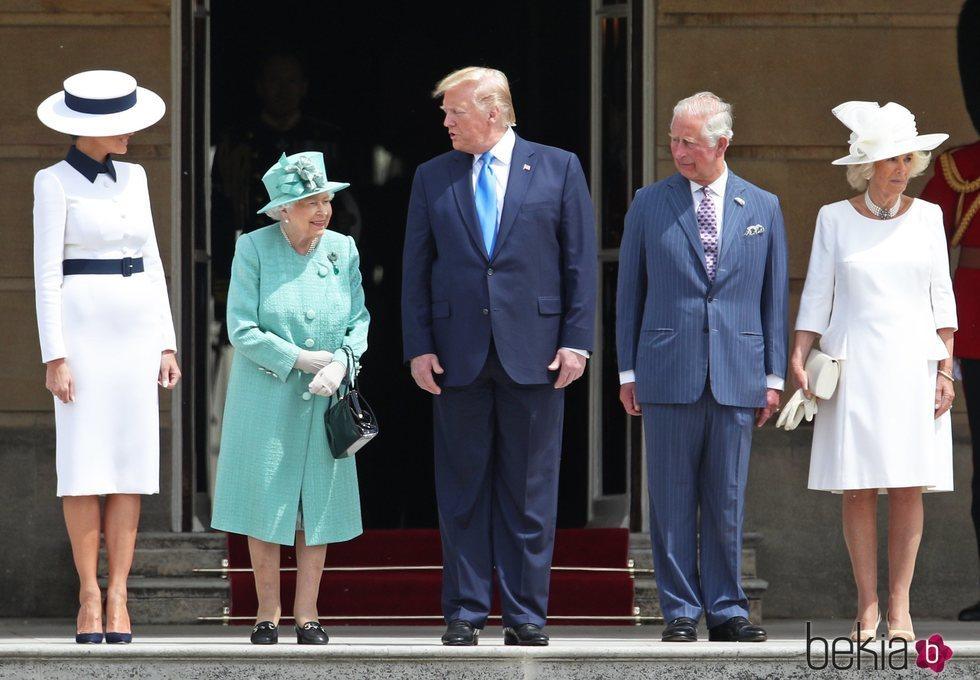 Donald Trump y Melania Trump con la Reina Isabel, el Príncipe Carlos y Camilla Parker al comienzo de su Viaje de Estado a Reino Unido