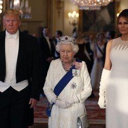 La Reina Isabel II junto con Donald Trump y Melania Trump en la cena en honor a su Viaje de Estado a Reino Unido