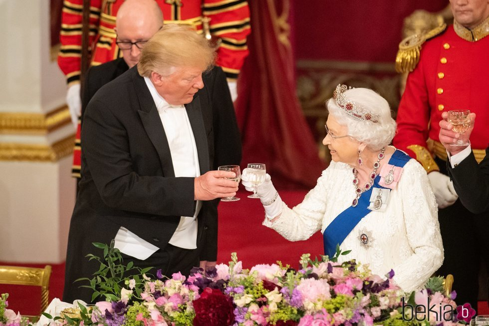 La Reina Isabel II brinda con Donald Trump durante su Viaje de Estado a Reino Unido