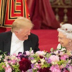 La Reina Isabel II y Donald Trump durante la cena de gala en su Viaje de Estado a Reino Unido