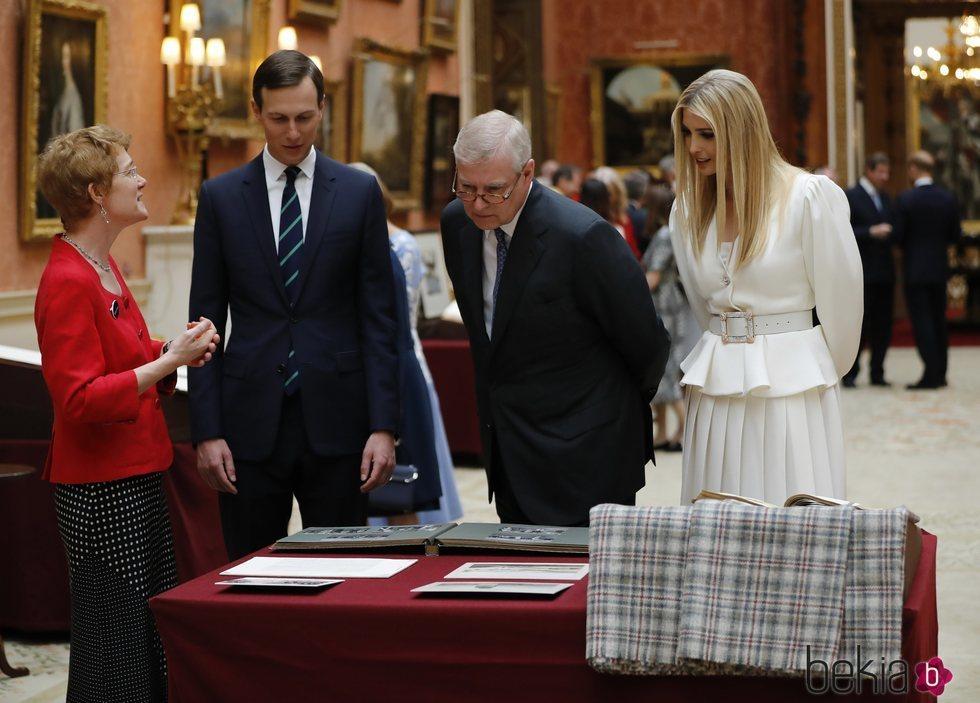 El Duque de York muestra la Royal Collection a Ivanka Trump y Jared Kushner mientras el Príncipe Harry se queda atrás hablando