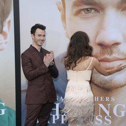 Danielle Jonas posa divertida con la boca de su marido Kevin Jonas en la presentación de 'Chassing Happiness'