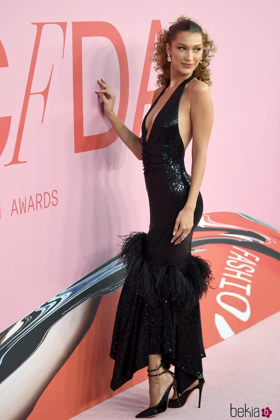 Bella Hadid en la alfombra roja de los CFDA FASHION AWARDS 2019