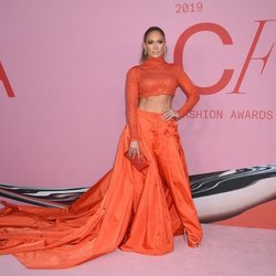 Jennifer Lopez en la alfombra roja de los CFDA FASHION AWARDS 2019