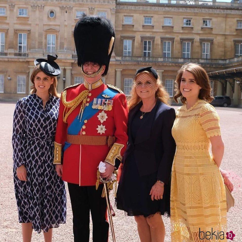 El Príncipe Andrés junto a Eugenia y Beatriz de York y Sarah Ferguson en la revisión de las tropas