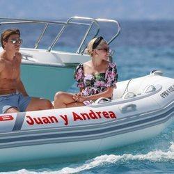 Pixie Lott y Oliver Cheshire de vacaciones en una lancha en Formentera