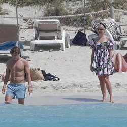 Pixie Lott y Oliver Cheshire de vacaciones en una playa de Formentera