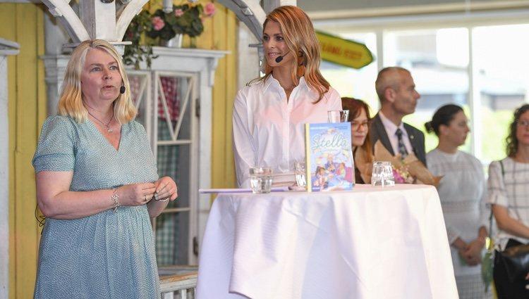 La princesa Magdalena de Suecia hablando sobre su nuevo libro