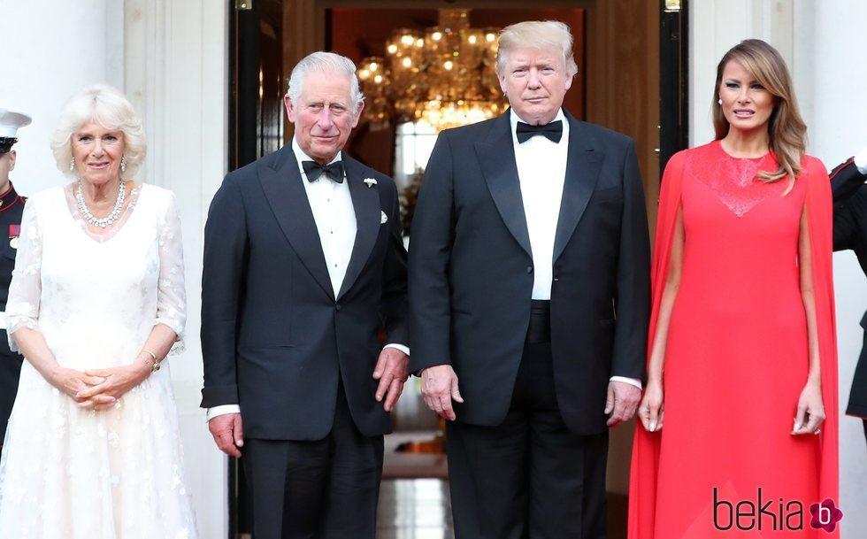 Donald y Melania Trump, Carlos de Inglaterra y la Duquesa de Cornualles en la embajada de EEUU de Reino Unido