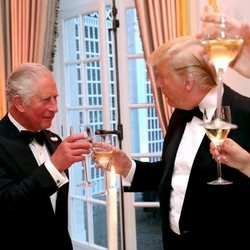 El Príncipe Carlos brinda con Donald Trump durante la cena en la embajada de EEUU en Reino Unido