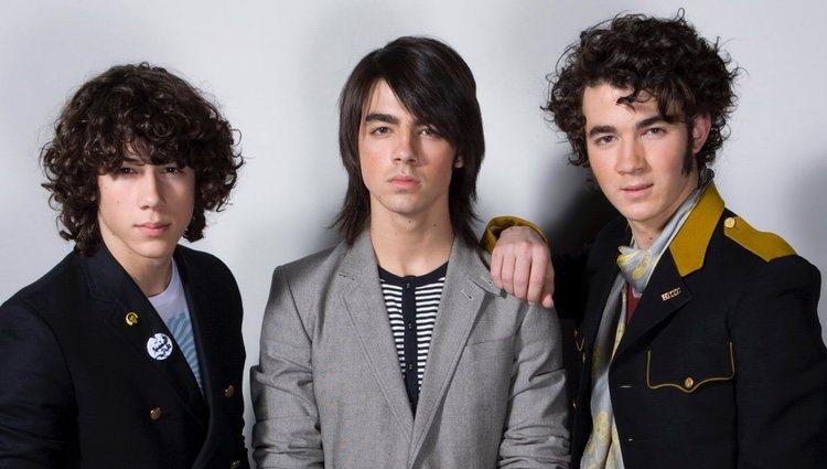 Los Jonas Brothers posan como banda en el año 2008