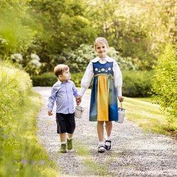 Estela y Oscar de Suecia paseando por los jardines de Haga en el Día Nacional de Suecia 2019