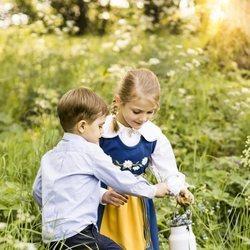 Estela y Oscar de Suecia recogiendo flores en los jardines de Haga