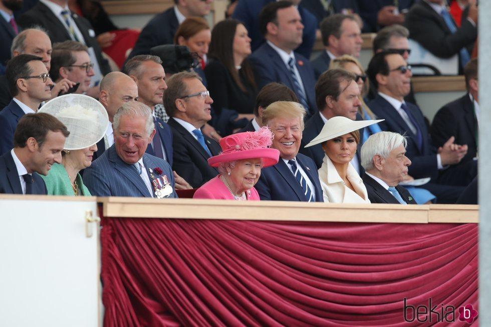 La Reina Isabel II, el Príncipe Carlos, Theresa May y el matrimonio Trump en el Día-D en Inglaterra