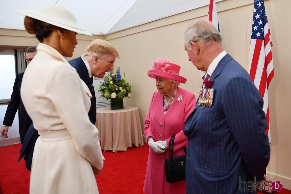 La Reina Isabel II, el Príncipe Carlos, Donald y Melania Trump tras el homenaje del Día-D en Inglaterra