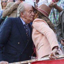 La Infanta Elena dando un beso al Rey Juan Carlos en una corrida de toros