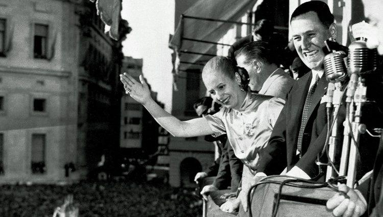 Evita y el General Perón saludando a las masas