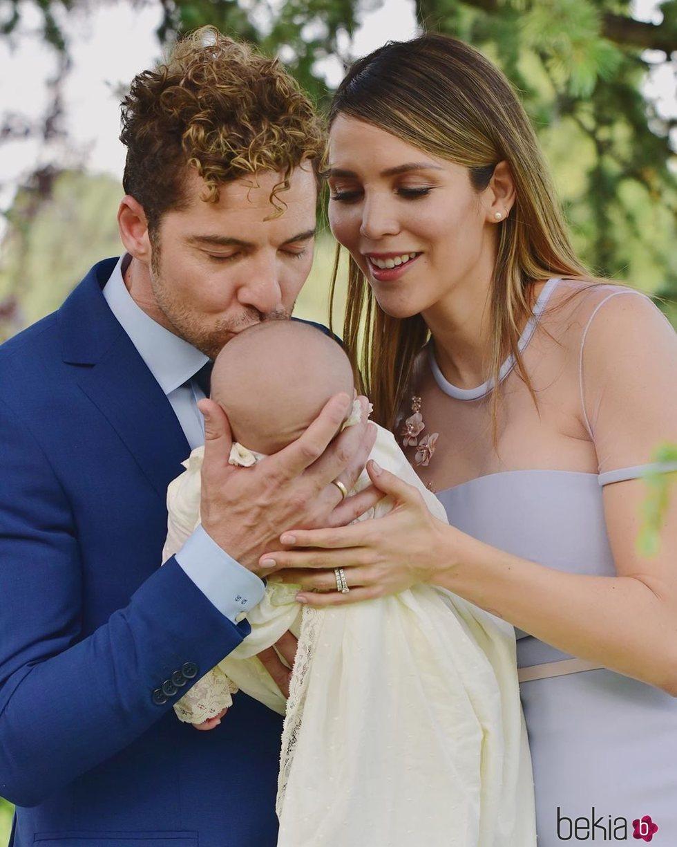 Rosanna Zanetti y David Bisbal, muy cariñoso con su hijo Matteo en su bautizo