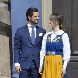 Carlos Felipe de Suecia y Sofia Hellqvist se dedican una tierna mirada en el Día Nacional de Suecia 2019