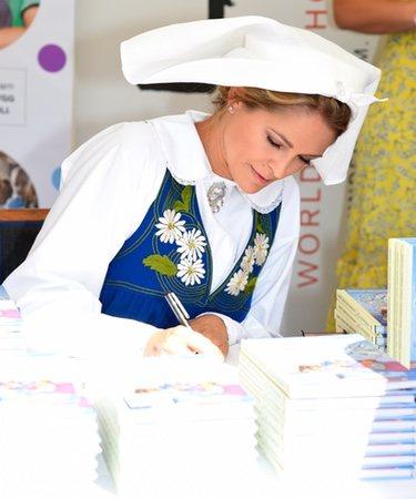 Magdalena de Suecia firmando ejemplares de su libro 'Stella y el secreto'