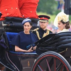 El Príncipe Harry, Meghan Markle, Kate Middleton y Camilla Parker en la ceremonia Trooping the Colour