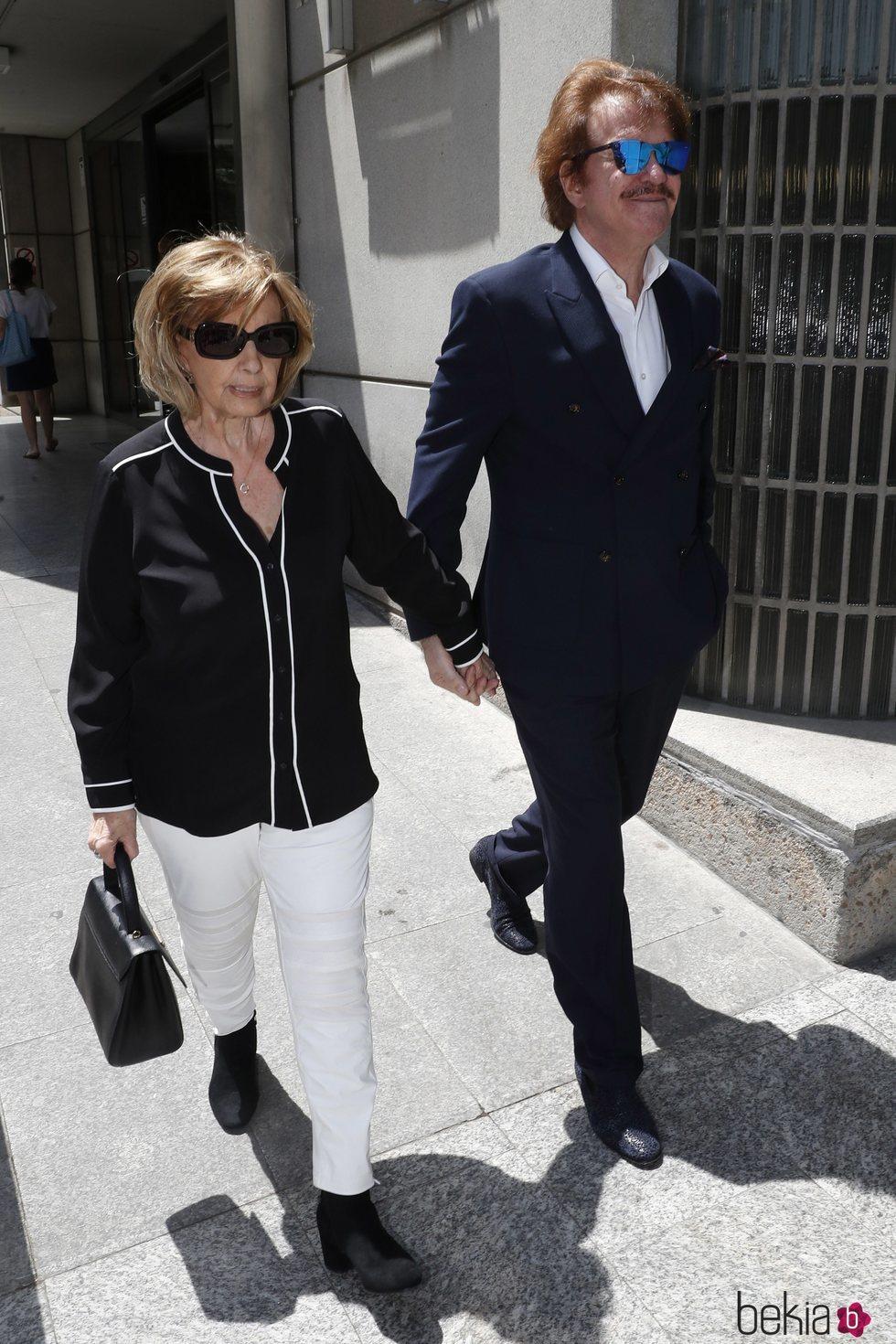 María Teresa Campos y Bigote Arrocet en el tanatorio de Chicho Ibañez Serrador