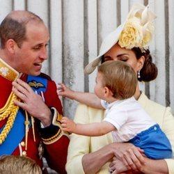 El Príncipe Luis queriendo agarrar al Príncipe Guillermo en Trooping the Colour 2019