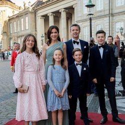 Federico y Mary de Dinamarca con sus hijos Christian, Isabel, Vicente y Josefina en el 50 cumpleaños de Joaquín de Dinamarca