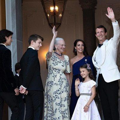 Margarita de Dinamarca recibe a Joaquín y Marie de Dinamarca y a sus hijos en el 50 cumpleaños de Joaquín de Dinamarca