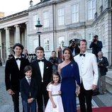 Joaquín y Marie de Dinamarca con sus hijos Nicolás, Félix, Enrique y Athena en el 50 cumpleaños de Joaquín de Dinamarca