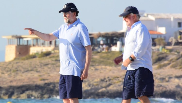Mariano Rajoy junto a un amigo en Formentera