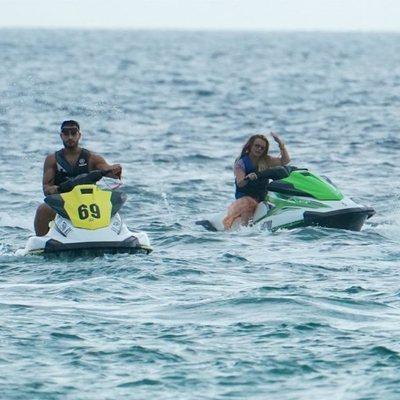Britney Spears y su pareja Sam Asghari montando en moto de agua