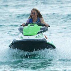 Britney Spears montando en moto de agua en las playas de Miami