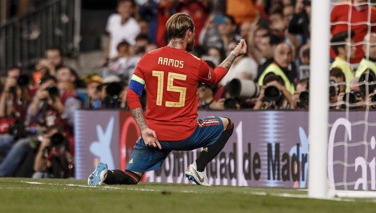 Sergio Ramos dedicando a Pilar Rubio su último gol antes de casarse