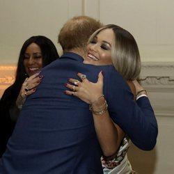 El Príncipe Harry abraza a Rita Ora en su acto benéfico contra el Sida