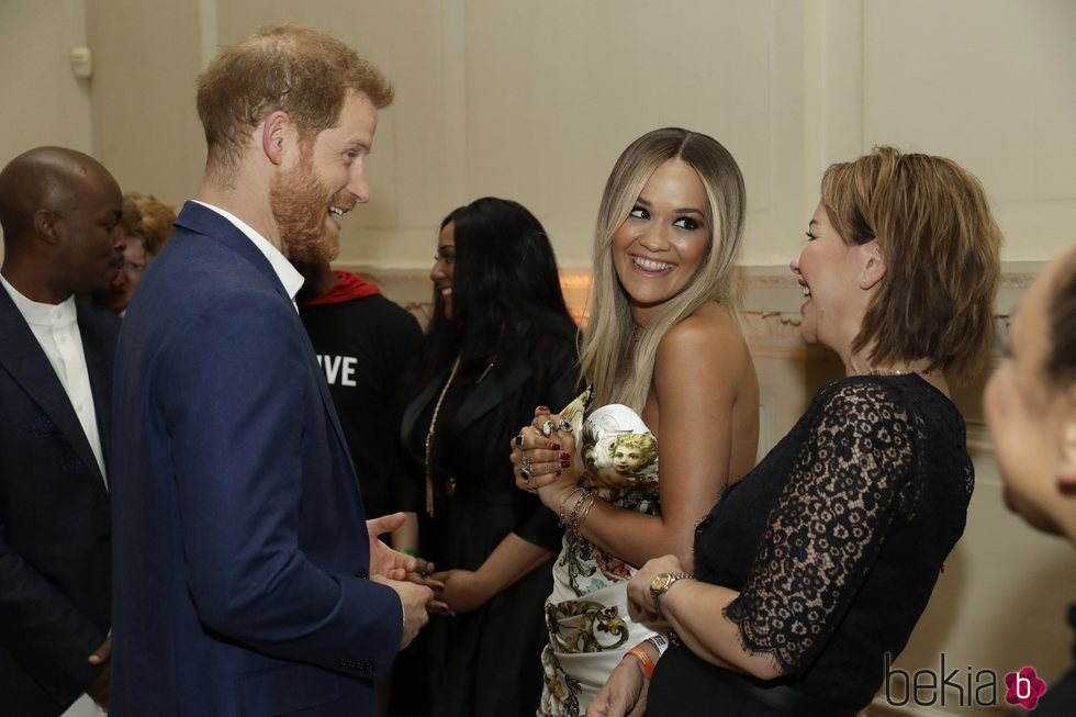 El Príncipe Earry y Rita Ora charlan en un acto benéfico contra el Sida