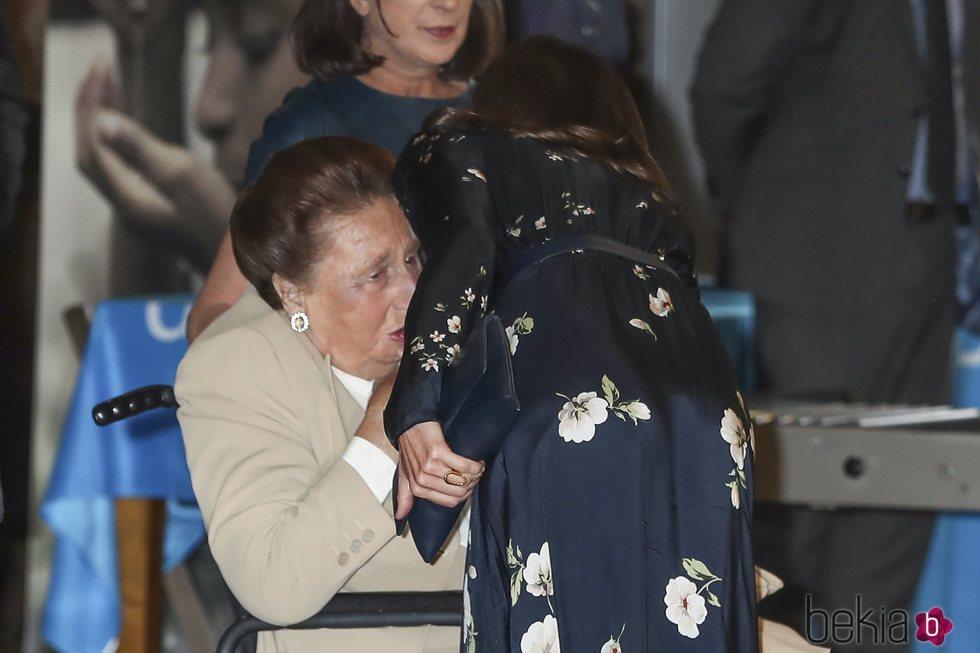 La Reina Letizia saluda a la Infanta Margarita en los Premios UNICEF Comité Español 2019
