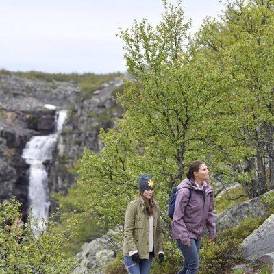 Victoria de Suecia y Sofia Hellqvist haciendo una ruta en Dalarna