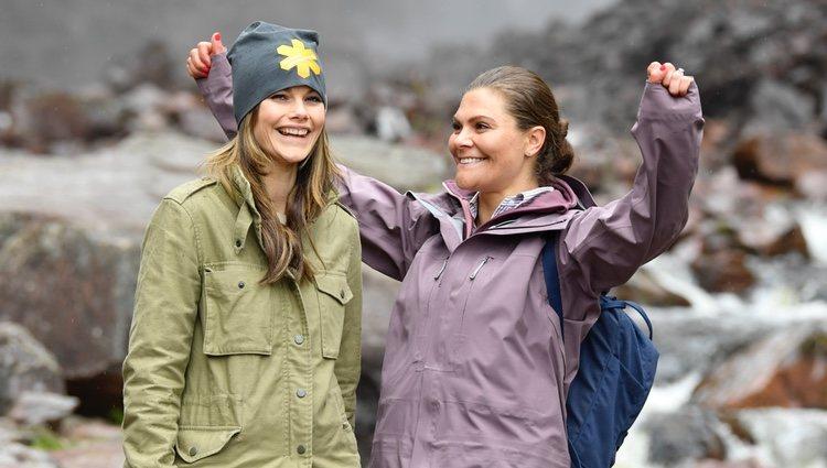 Victoria de Suecia y Sofia Hellqvist en la cascada Njupeskär