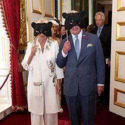 Príncipe Carlos y Camilla Parker con máscaras en Elephant Family Animal