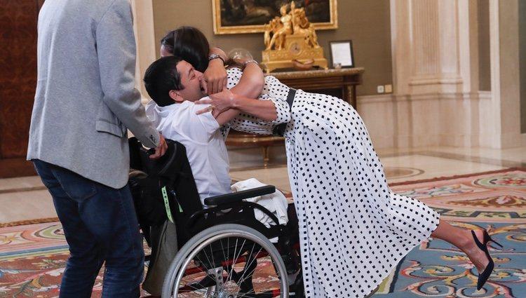 La Reina Letizia abrazando a Gerardo, el ganador de los  ?Premios Buenos días, Javi y Mar: por un mundo mejor?