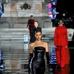 Irina Shayk desfilando en el Pitti Immagine Uomo 2019