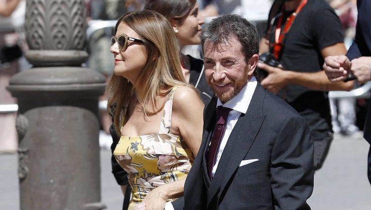 Pablo Motos y Laura Llopis a su llegada a la boda de Pilar Rubio y Sergio Ramos