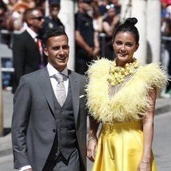 Lucas Vázquez y su mujer Macarena Rodríguez a su llegada a la boda de Pilar Rubio y Sergio Ramos
