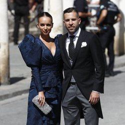 Jordi Alba y su mujer Romarey Ventura a su llegada a la boda de Pilar Rubio y Sergio Ramos