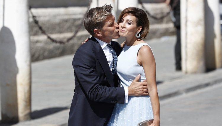 Manuel Díaz 'El Cordobés' y Virginia Troconis besándose a su llegada a la boda de Pilar Rubio y Sergio Ramos