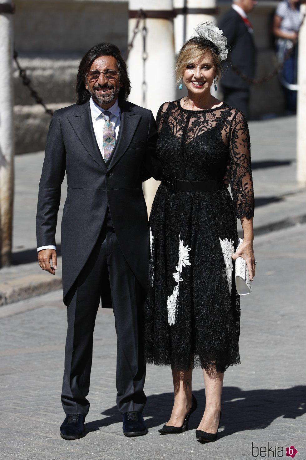 Antonio Carmona y su mujer Mariola Orellana a su llegada a la boda de Pilar Rubio y Sergio Ramos